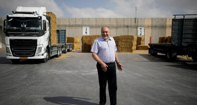 وزير الدفاع الإسرائيلي أفيغدور ليبرمان في كيريم شالوم (معبر كرم أبو سالم) (رويترز)