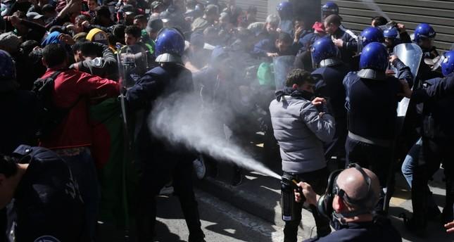 الجزائر.. مواجهات بين الشرطة وطلاب محتجين على ترشح بوتفليقة