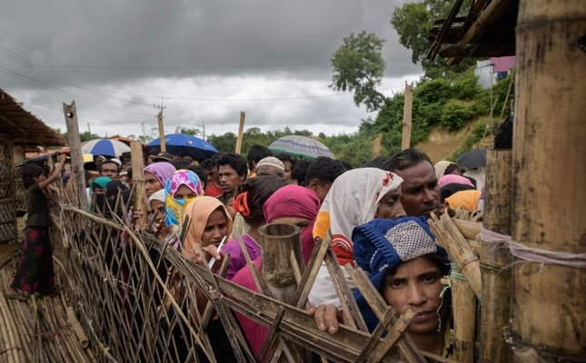 Rohingya refugees queue at an aid relief distribution center at the Balukhali refugee camp near Cox's Bazar, Bangladesh, Aug. 12, 2018. (AFP Photo)