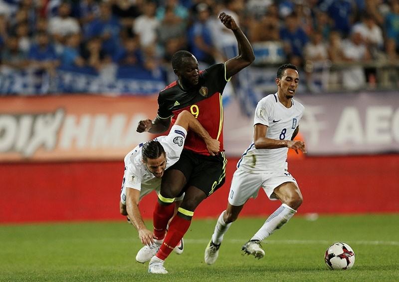 Belgiumu2019s Romelu Lukaku in action with Greeceu2019s Kostas Manolas (L) and Zeca. (Reuters Photo)