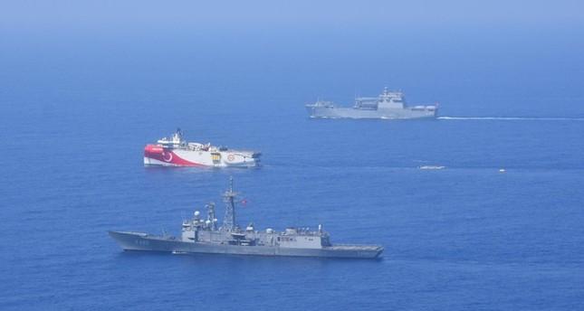 سفينتان حربيتان ترافقان سفينة البحث السيزمي التركية أوروتش رئيس خلال تنفيذها مهامها بشرقي المتوسط DHA