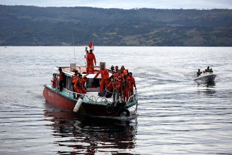 Indonesian rescue team members carry the body of a victim on a boat near Tigaras Port, Simalungun, North Sumatra, Indonesia, June 20, 2018. (EPA Photo)