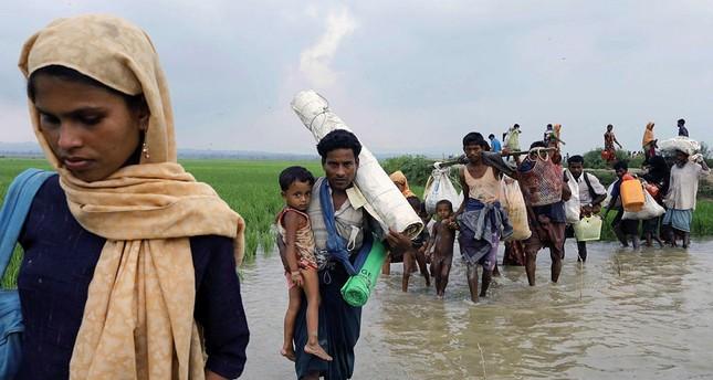 Rohingya refugees from Myanmar's Rakhine state arrive near the Khanchon border crossing near the Bangaldeshi town of Teknaf on Septebmer 5, 2017. (AFP Photo)