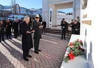 يلدريم يزور ضريح الأديب القرغيزي العالمي جنكيز آيتماتوف في بيشكك