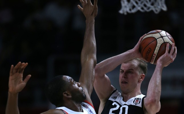 On their way to the finals, Beşiktaş dominated Anadolu Efes who managed to claim only the fourth quarter.