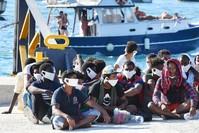 تدفق اللاجئين على الجزيرة الإيطالية تضاعف في الفترة الماضية الفرنسية