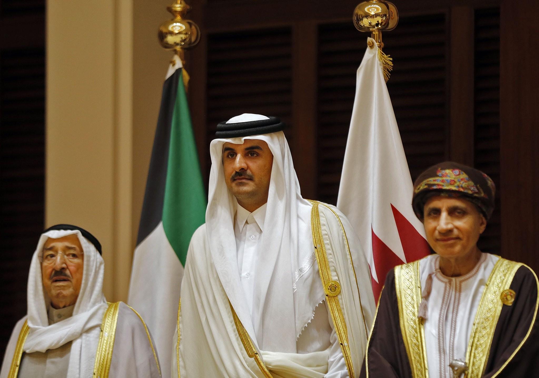 Emir of Kuwait Sabah al-Ahmad al-Jaber al-Sabah (L), Emir of Qatar Sheikh Tamim bin Hamad al-Thani (C). (AFP Photo)