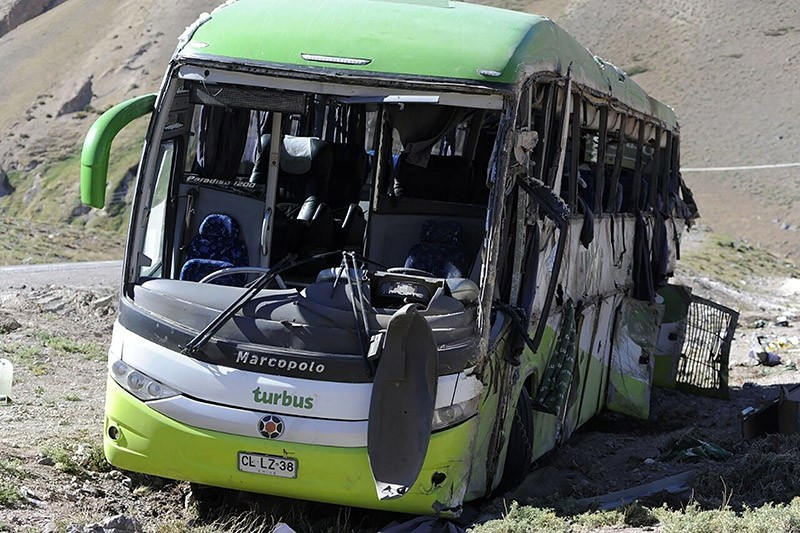 A view of the bus that overturned, leaving at least 19 of the 40 passengers dead and more than 20 injured, near the town of Uspallata in the western Argentine province of Mendoza on February 18, 2017. (AFP Photo)