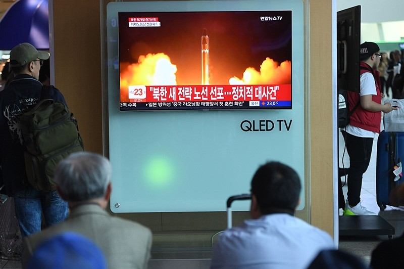People watch a television news showing a file footage of North Korean missile launch, at a railway station in Seoul on April 21, 2018. (AFP Photo)