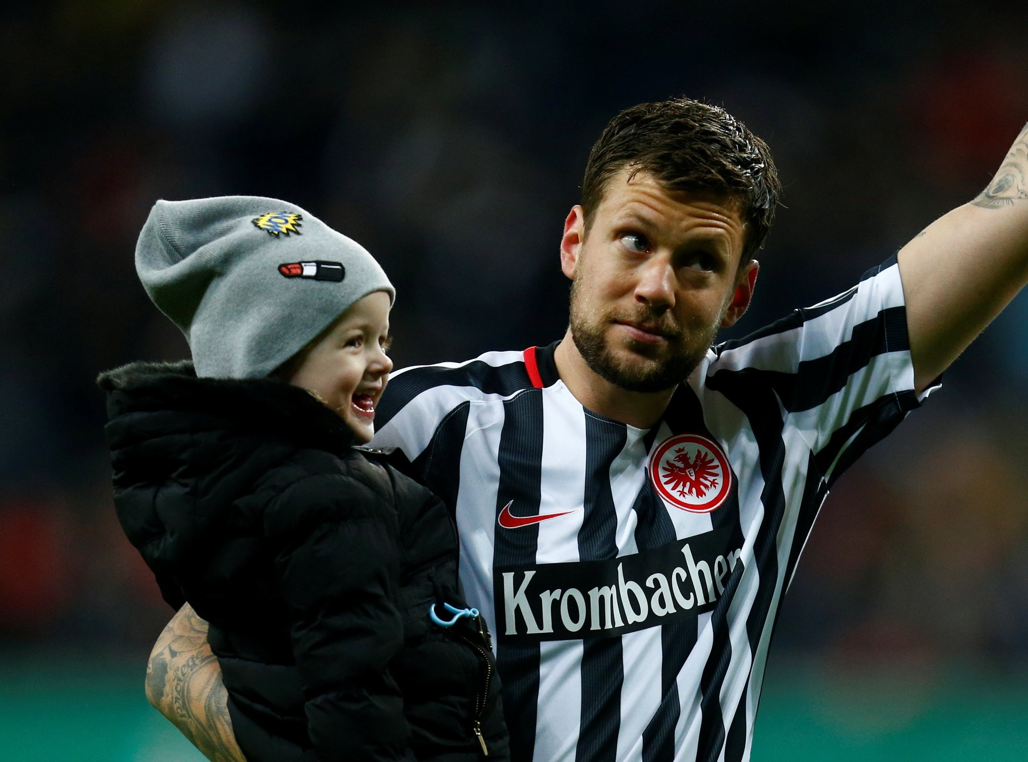 Eintracht's Marco Russ with his daughter Vida. (REUTERS Photo)