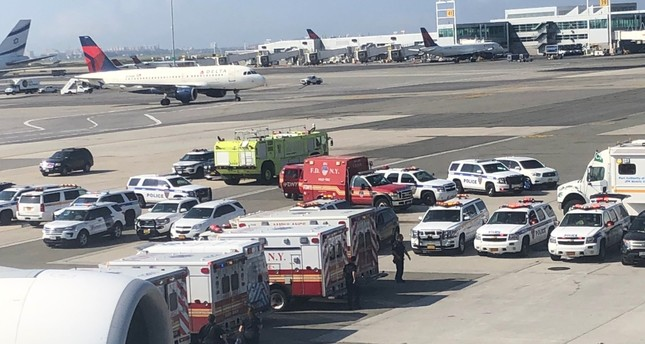 فرق الطوارئ على مقربة من الطائرة الإماراتية