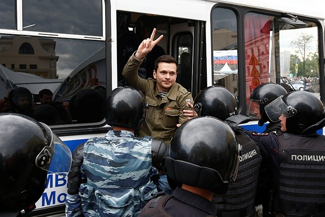 Riot police detain Russian opposition figure Ilya Yashin during an anti-corruption protest organised by opposition leader Alexei Navalny, in central Moscow (Reuters Photo)