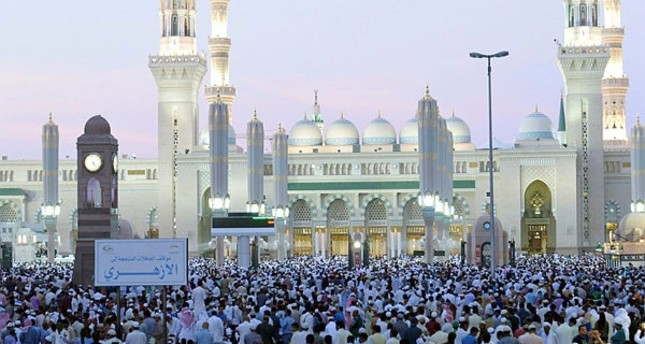 Muslim worshippers gather at the Prophet Mohammed mosque for morning Eid al-Fitr prayers on July 6, 2016 marking the end of the holy month of Ramadan. (AFP Photo)