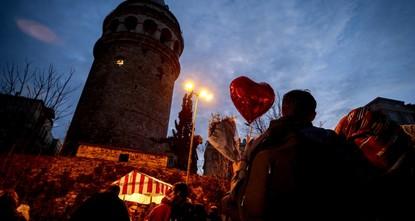 Галатская башня в Стамбуле изменила подсветку в День всех влюбленных