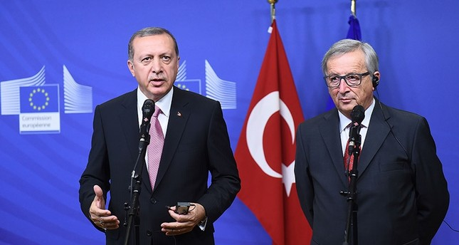 President Recep Tayyip Erdoğan (l) and EU Commission President Jean-Claude Juncker address a brief statement in Brussels, on October 5, 2015. (AFP Photo)