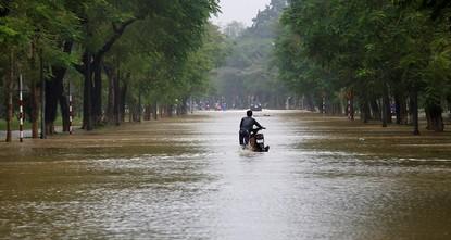 pIm Süden Vietnams sind bei einem schweren Sturm mindestens 27 Menschen ums Leben gekommen. Nach Behördenangaben vom Sonntag wurden mindestens 22 Menschen noch vermisst. Der Taifun Damrey mit...