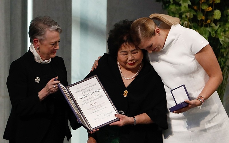 Beatrice Fihn (R), leader of ICAN, and Hiroshima nuclear bombing survivor Setsuko Thurlow (C) receive the 2017 Nobel Peace Prize at the city hall in Oslo, Norway, on Dec. 10, 2017. (EPA Photo)