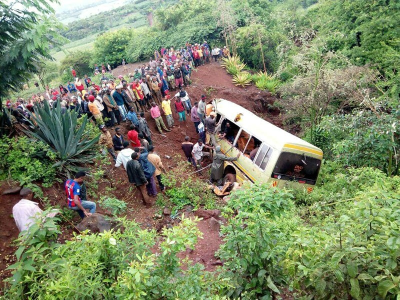 Residents gather at the scene of an accident that killed schoolchildren, teachers and a minibus driver at the Rhota village along the Arusha-Karatu highway in Tanzania's northern tourist region of Arusha. (Reuters Photo)