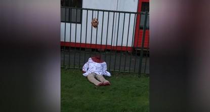 """pEine enthauptete Puppe ist zusammen mit einem islamfeindlichen Schriftzug vor der Emir Sultan-Moschee in der niederländischen Hauptstadt Amsterdam platziert worden./p  p""""Der Islam muss..."""