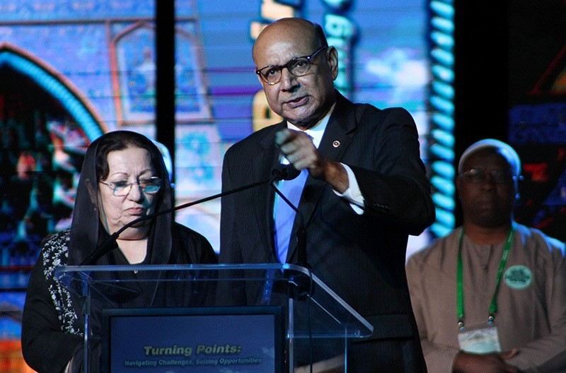 Khizr (R) and Ghazala Khan (L), speak at the Islamic Society of North America's annual convention, billed as the largest assembly of Muslims in the US and Canada, on Sept. 3, 2016 in Rosemont, Illinois. (AFP Photo)