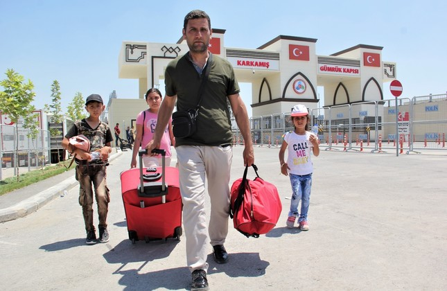 A Syrian man and three children cross into Turkey from the Karkamış crossing.