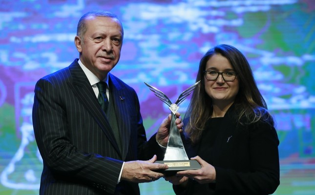 President Erdoğan handed out an award to İmren Hatay Patır, an associate professor of biotechnology.