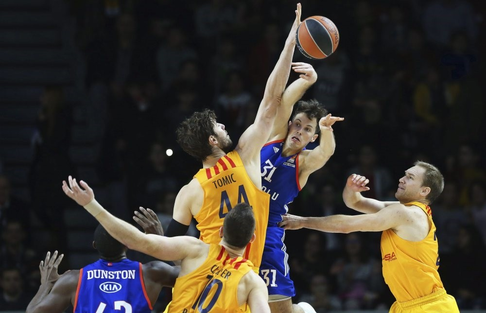 Barcelona's Ante Tomic (C-L) in action against Anadolu Efes' Thomas Heurtel (C-R) during the Euroleague basketball match, last year.