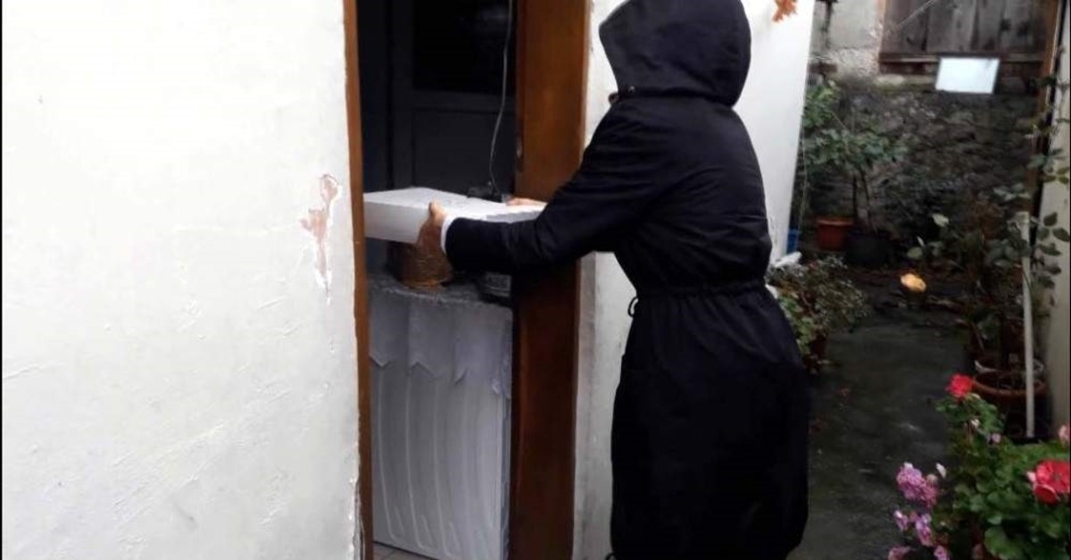 Istanbul's ,Robin Hood, sent wedding gifts to a woman who wanted to marry off her son via one of his fellow aides, seen in the photo dressed in black. (DHA Photo)
