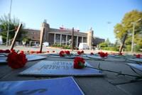 Hunderte Menschen nahmen an einer Gedenkfeier für die 102 Opfer des doppelten Selbstmordanschlags von 10. Oktober 2015 in Ankara statt.  Der Gouverneur Ankaras Ercan Topaca legte Nelken an den...