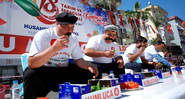 Hot pepper eating competition in Antalya: Man eats 308 grams of fiery hot peppers in just 3 minutes