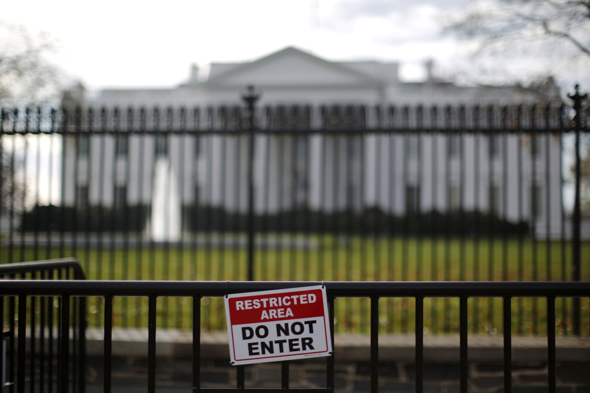 A restricted area sign is seen outside of the White House in Washington November 27, 2015. (REUTERS Photo)