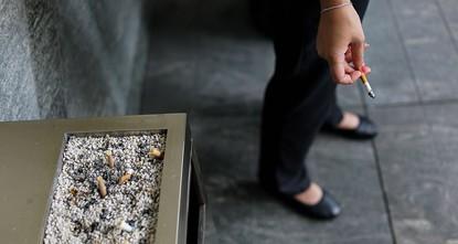 pEin mittelständisches Marketingunternehmen in Japan belohnt Nichtraucher mit sechs zusätzlichen Urlaubstagen pro Jahr. Weil sich das Bürogebäude im 29. Stockwerk befinde, brauchten Raucher...