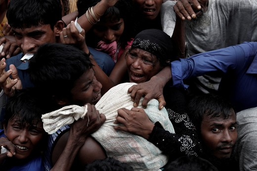 Rohingya refugees scuffle as they wait to receive aid in Cox's Bazar, Bangladesh September 24, 2017. (REUTERS Photo)