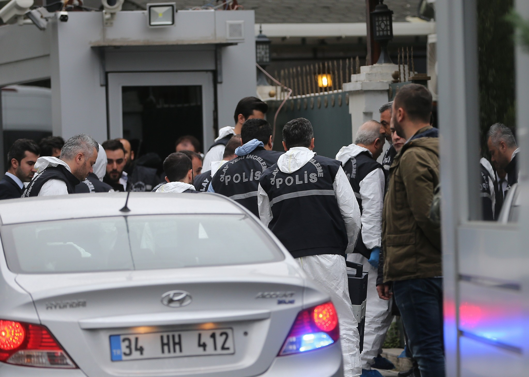 Turkish forensic experts entering Saudi consul's residence in Istanbul on Wednesday, Oct. 17, 2018. (AA Photo)