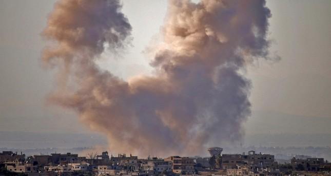 أعمدة الدخان تتصاعد بعد قصف مناطق بدرعا من قبل قوات الأسد