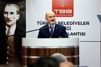 وزير الداخلية التركي، سليمان صويلو خلال مشاركته في اجتماع مجلس اتحاد البلديات التركية (الأناضول)