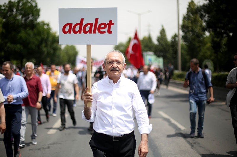 Leader of Turkey's main opposition Republican People's Party (CHP) Kemal Ku0131lu0131u00e7darou011flu walks with a placard reading 'Justice' during a protest march in Ankara on June 15, 2017. (AFP Photo)