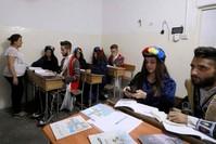 طلاب في مدرسة سريانية خاصة في القامشلي (الفرنسية)