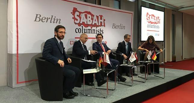 From L-R: Assoc. Prof. F. Altun, Former EP Ozan Ceyhun, DS Editor-in-Chief Serdar Karagöz, columnists Mahmut Övür & Şelale Kadak (Photo: @kaanelbir)