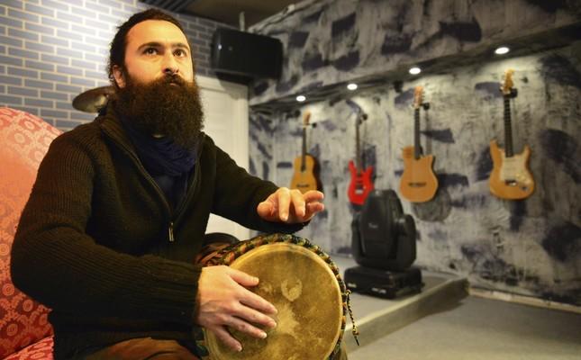 Visiting Iran, Pakistan, India, Nepal, Indonesia, Malaysia, Thailand, Georgia and Armenia, Cihan Selçuk Ateşoğlu studied the music culture and instruments in those countries.