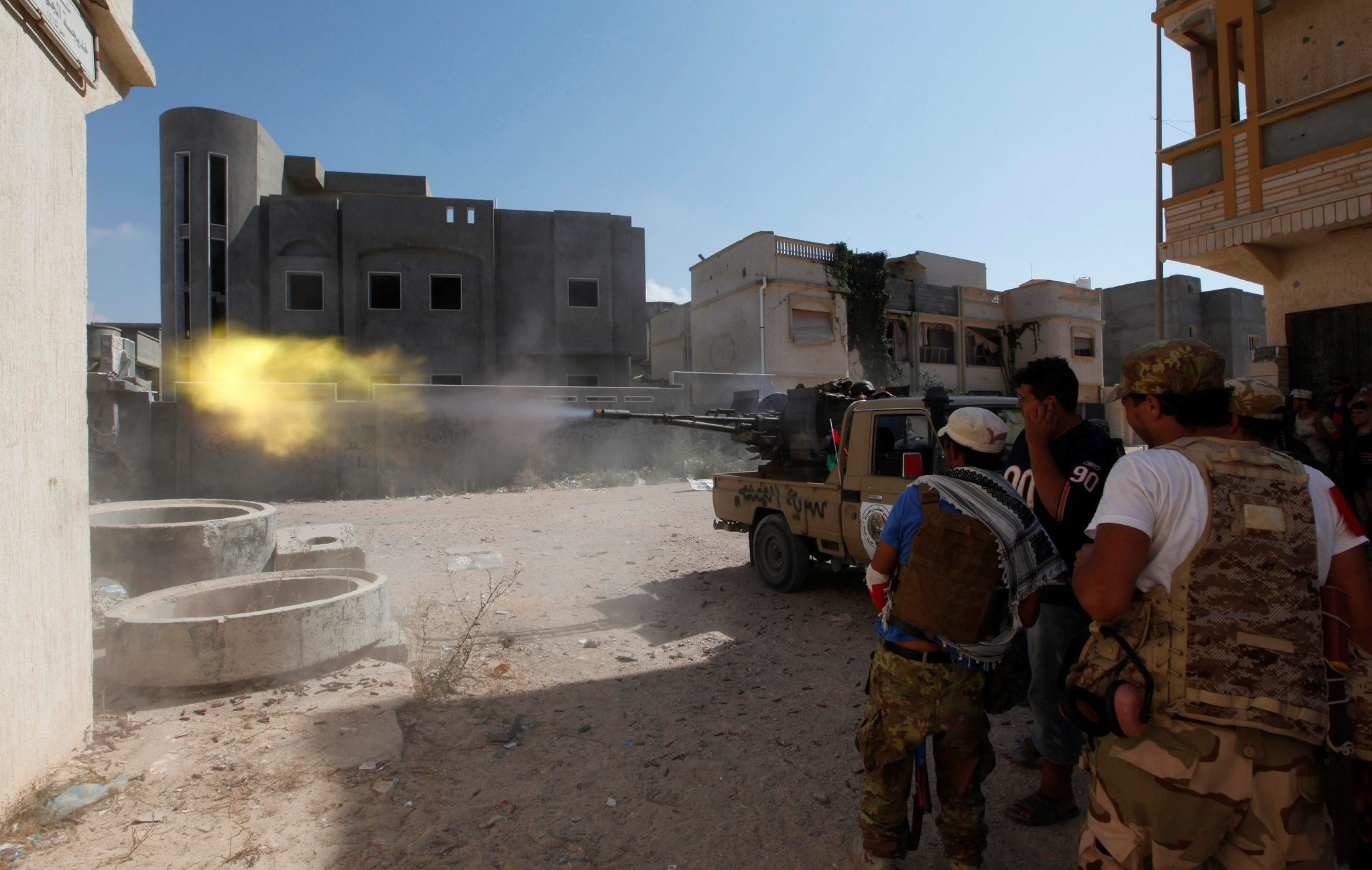 Members of Libyan forces allied with the UN-backed government fire a weapon towards Daesh militants in neighborhood Number One in central Sirte, Libya (Reuters Photo)