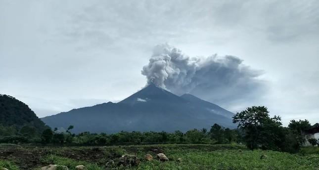 تصاعد الدخان الكثيف من البركان مغطيا ما حوله بطبقة من الرماد (الفرنسية)