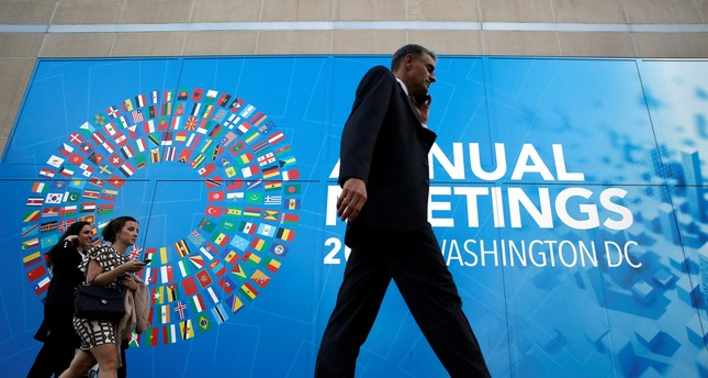 Delegates leave International Monetary Fund headquarters in the end of the day during the IMF/World Bank annual meetings in Washington, U.S., October 14, 2017. (Reuters Photo)