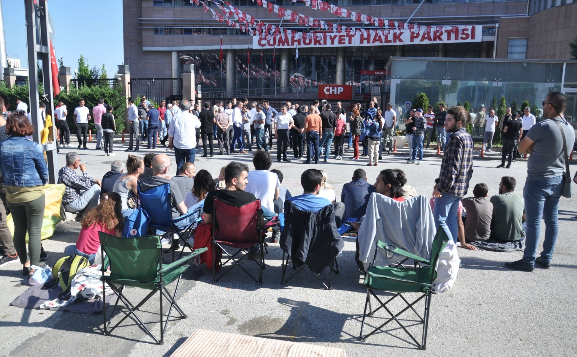 Following the elections, a group of CHP supporters gathered in front of the party's headquarters in Ankara to hold a sit-in protest against the partyu2019s Chairman Kemal Ku0131lu0131u00e7darou011flu, calling for his resignation, June 6.