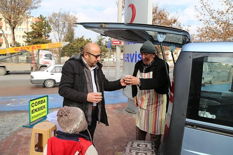 Lokman Yu0131ldu0131z distributes free soup to people in front of a hospital in Konya province (AA Photo)