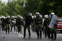 الشرطة اليونانية استخدمت القنابل المسيلة للدموع الفرنسية