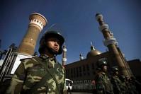 دورية أمنية صينية أمام أحد المساجد في إقليم سنجان (من الارشيف)
