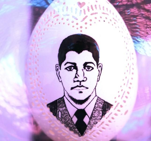 Hayran carved 15 July martyr Ömer Halisdemir on an egg, with his unique art skills.