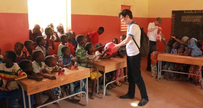 طلاب أتراك متطوعون يقدمون هدايا لتلاميذ مدرسة بالنيجر