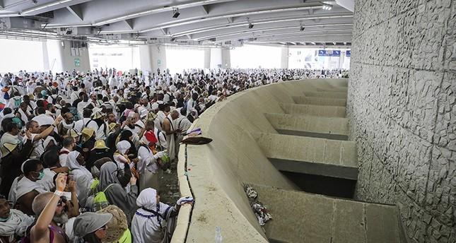Pilgrims reach Mina, perform devil-stoning hajj rite